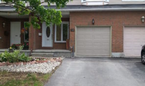 122 Hunters Glen Cr – Lovely Townhouse For Sale! Great Location!